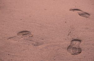 footprints-1282973_1920